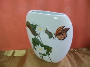 Nénuphars et papillon sur vase en porcelaine 260 x 235