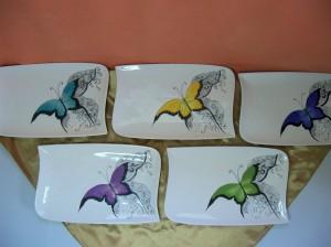 Assiettes avec papillons de différentes couleurs .285 x 180