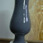 Vase émaillé gris sur faïence blanche. H 28 x 12 cms