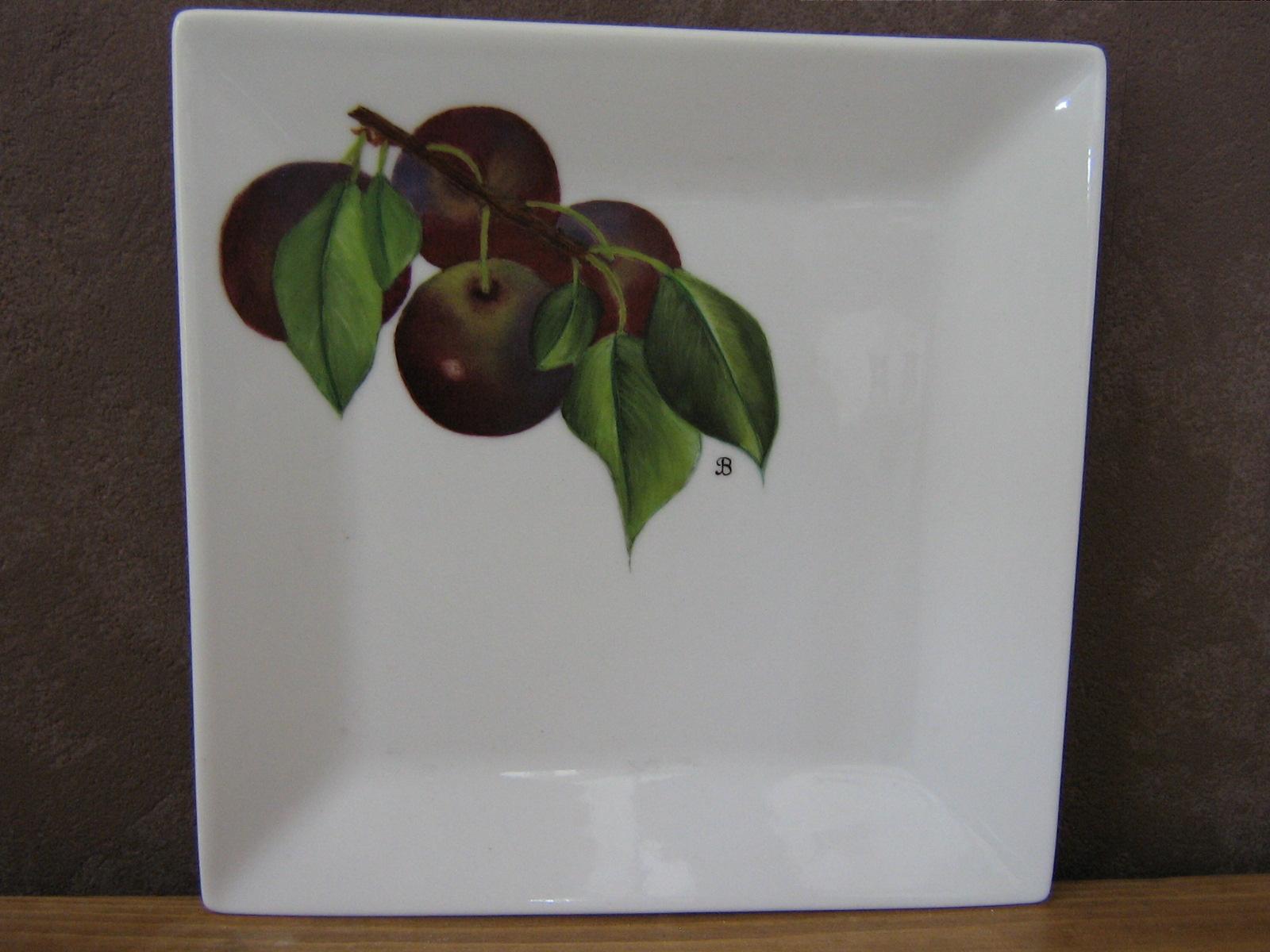 Assiette porcelaine carrée avec motif prunes noires - motif peint entièrement à la main