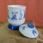 Pot à Tabac avec couvercle . Décor chinoiseries bleu cobalt. 160 x 100