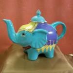 Théière en forme d'éléphant. Turquoise, dorée à l'Or fin . 230 x 160