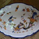 Décor Vieux Rouen dans un plat ovale festonné. liseré bleu cobalt. 380 x 270