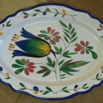 Fleur Stylisée dans un grand plat ovale festonné et un liseré bleu cobalt. 380 x 275