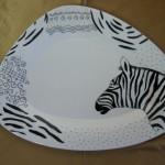 Collection KENYA . Zèbre dans assiette triangulaire. 330 x 240